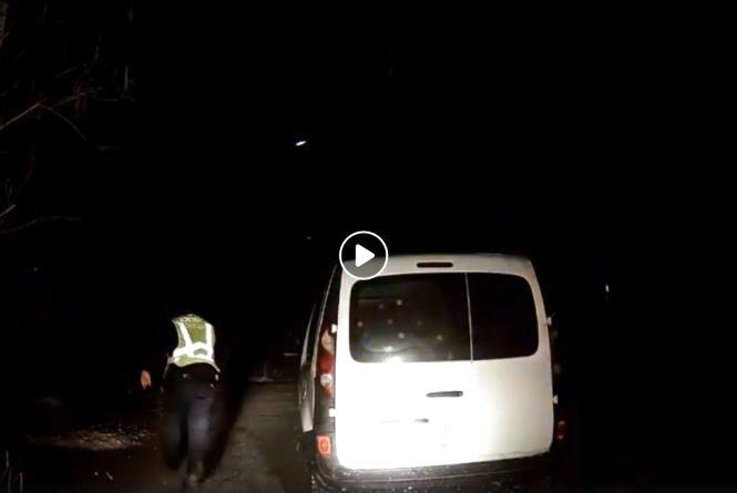 Залишив авто та побіг: як у Хмельницькому п'яного водія ловили (ВІДЕО)