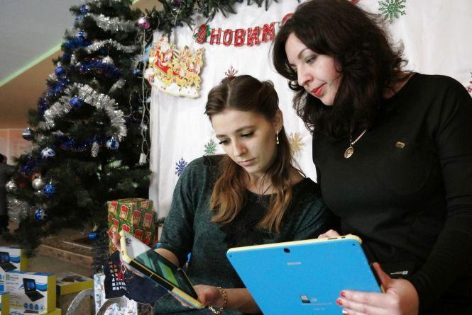 Хмельницька школа отримала електронні підручники