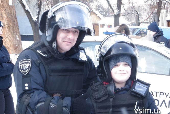 Хмельницькі поліцейські показали дітям амуніцію, навчили правил дорожнього руху та пригостили солодощами