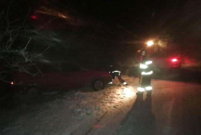 """У Красилівському районі """"ВАЗ"""" злетів у кювет: авто діставали рятівники"""