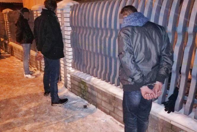 Вирвали сумку і мобільний телефон: на Заводській затримали трьох грабіжників