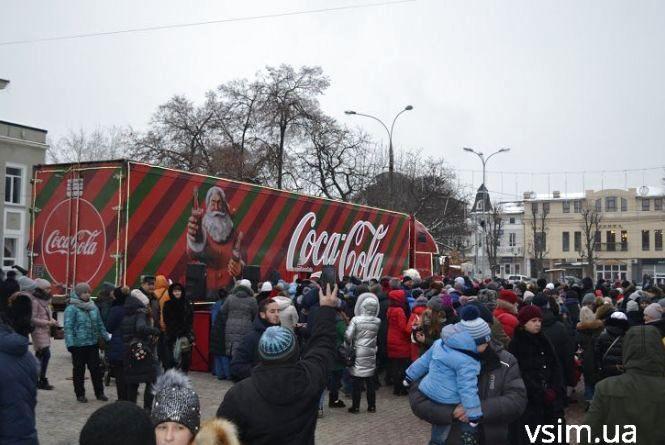 """Із казковими героями та подарунками. До Хмельницького приїхала знаменита вантажівка """"Coca-Cola"""""""