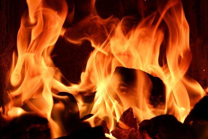 Вночі у центрі Хмельницького під час пожежі у п'ятиповерхівці врятували чоловіка