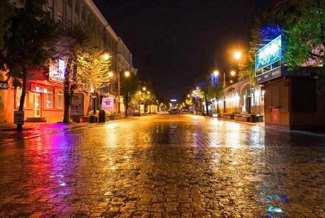 """Місто засинає - прокидаються """"месники"""": в Хмельницькому небезпечно гуляти ввечері"""