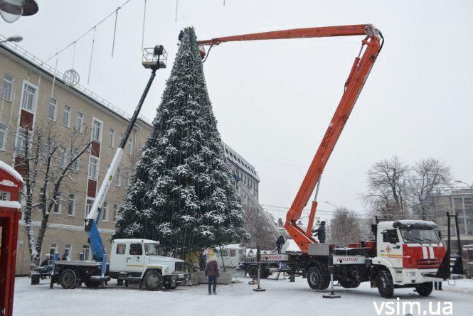 Фото дня: на Проскурівській розпочали демонтаж головної ялинки міста