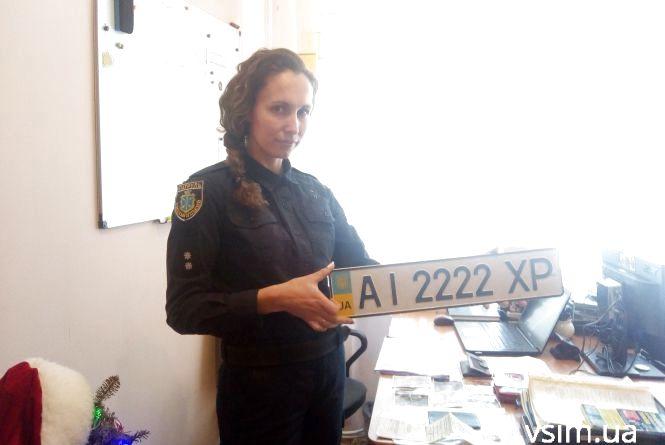 Хмельницькі патрульні шукають власників номерних знаків і жіночих сумочок