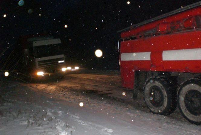 На Віньковеччині вантажівка потрапила у снігову пастку та паралізувала рух на дорозі