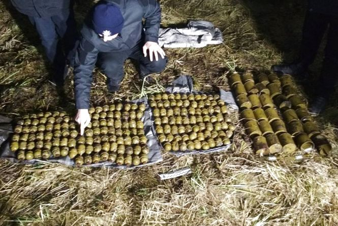 Майже дві сотні гранат знайшли просто посеред пасовиська на Хмельниччині