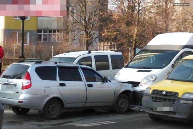 """У Хмельницькому п'яний на ВАЗ """"лоб у лоб"""" влетів у Renault"""