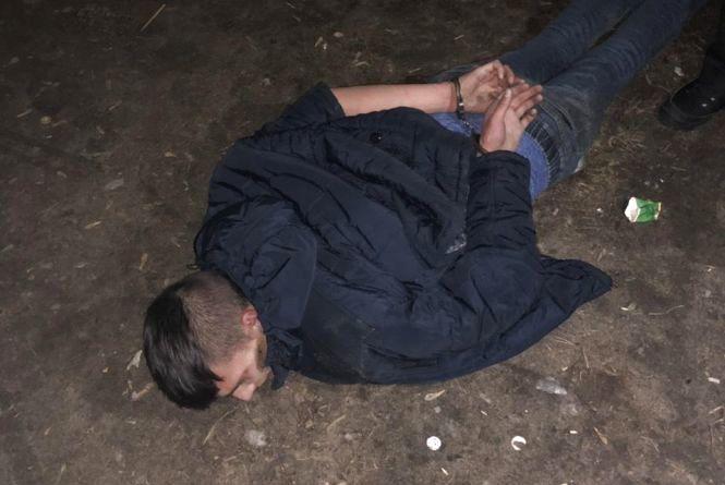 Шкідлива звичка: на Хмельниччині юнак викрав із магазину 7 блоків сигарет