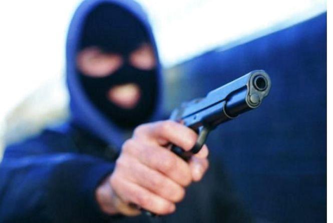 За ґрати відправили грабіжника, який з пістолетом напав у Хмельницькому на матір з дітьми