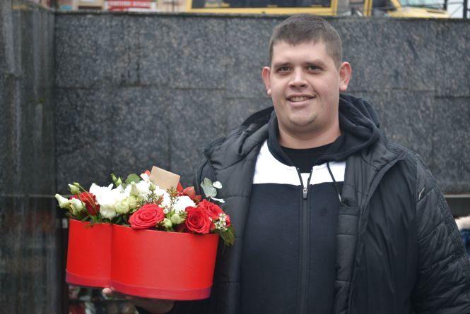 """""""Щоб і на відстані думала про мене"""": хмельницькі чоловіки несуть оберемки квітів для коханих"""