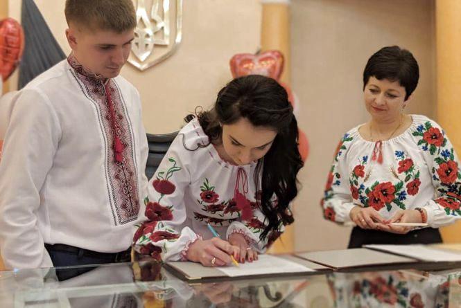 """""""Іноді треба змовчати"""": хмельницькі молодята про стосунки та весілля на Валентина"""