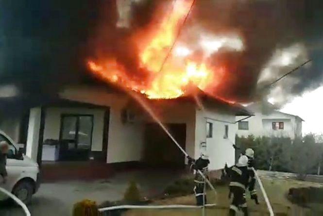 Сільський будинок на Хмельниччині гасили дві бригади рятувальників