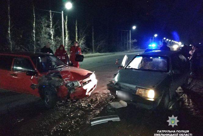 """У Хмельницькому п'яний водій потрощив припаркований """"ВАЗ"""""""