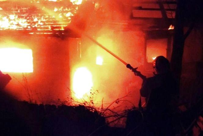 На Хмельниччині через сімейну сварку чоловік спалив одразу два будинки