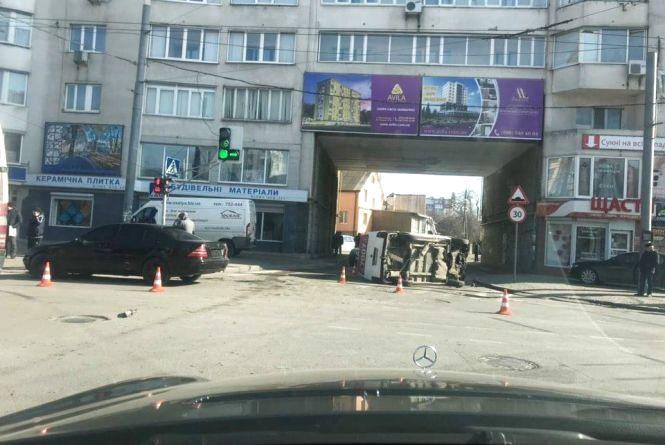 У Хмельницькому перекинулося таксі з дітьми (ОНОВЛЕНО)