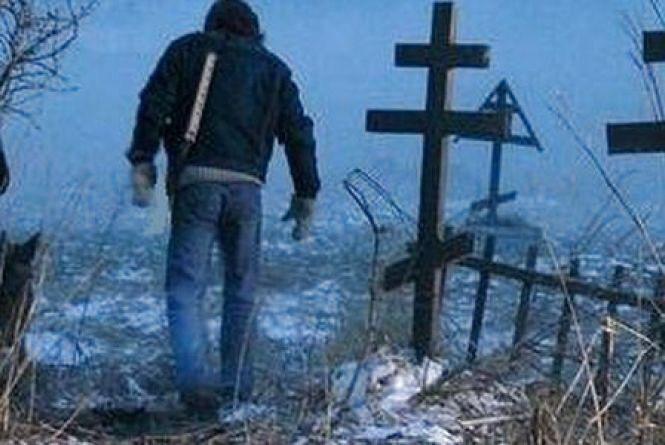В Ізяславі засудили 20-річного хлопця за наругу над могилами