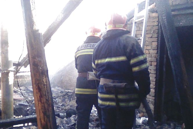 Десяток рятівників на двох машинах гасили пожежу в кафе на Хмельниччині