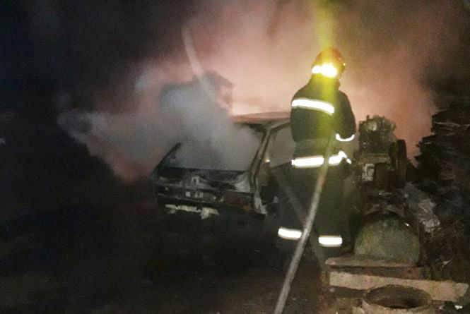 Вночі посеред села на Кам'янеччині  згоріли одразу два авто