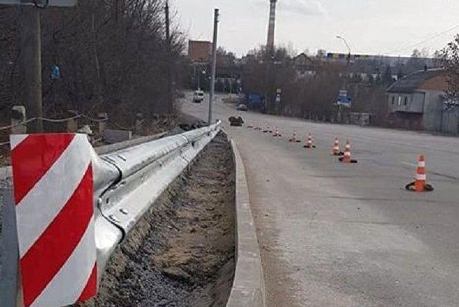 """З освітленням та острівцем безпеки: біля """"Дендропаркового"""" облаштовують новий пішохідний перехід"""