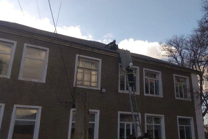 Понад 300 населених пунктів на Хмельниччині залишилося без світла через вітер