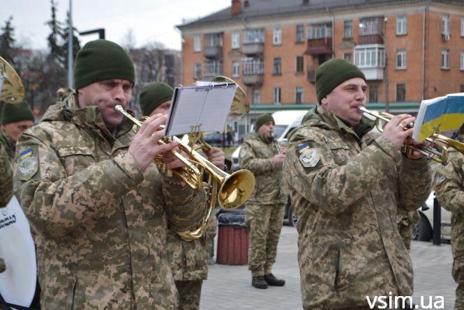 Хмельницькі військові влаштували музичний флешмоб біля залізничного вокзалу