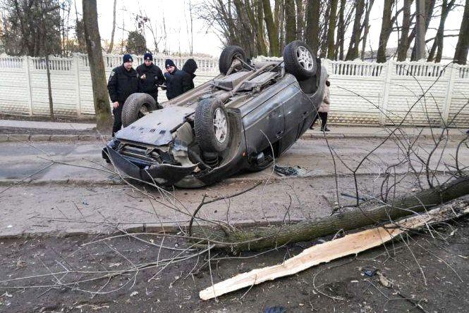 """""""Закрий рот"""": мама вичитала п'яного водія, який перекинувся на дах біля школи на Тернопільській"""