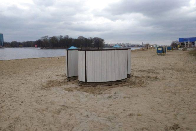 """Нові питні фонтанчики, парасольки та """"свіжий"""" пісок: як Хмельницький готується до купального сезону"""