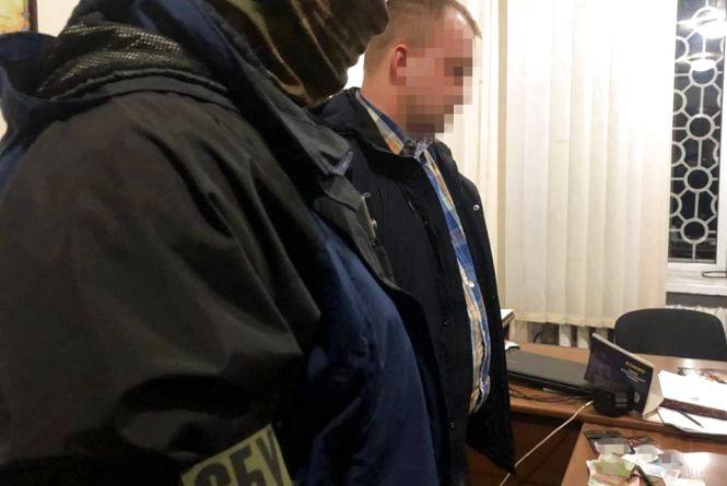 """На Хмельниччині поліцейські """"погоріли"""" на хабарі у 1000 доларів США"""