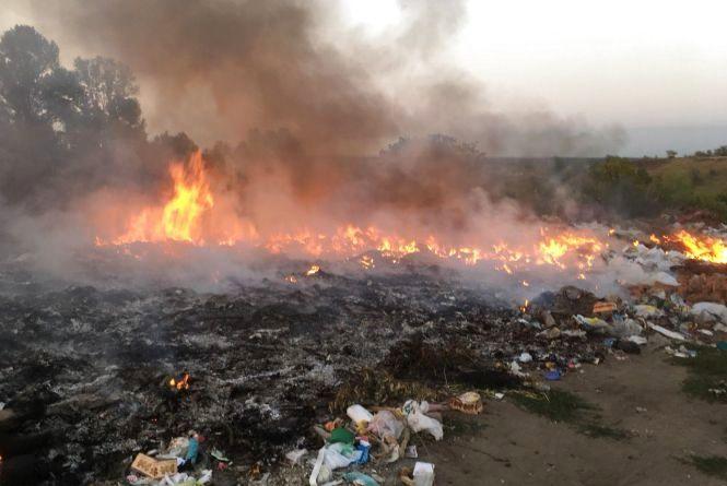 На Хмельниччині під час гасіння пожежі на сміттєзвалищі виявили тіло жінки