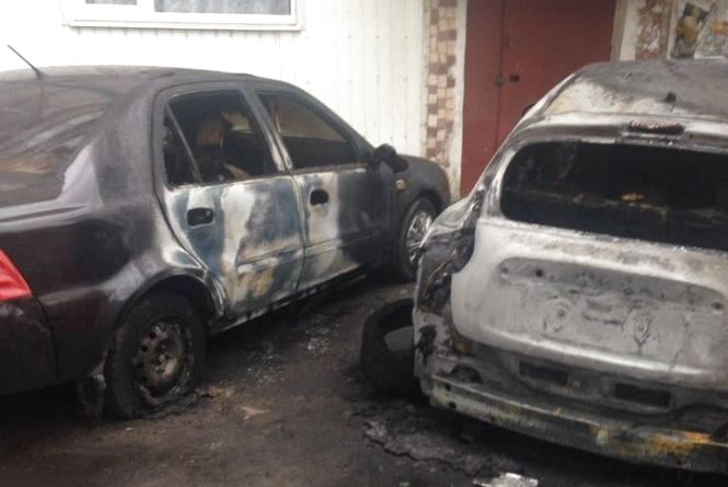 Нічна пожежа на Озерній: згоріли дві машини