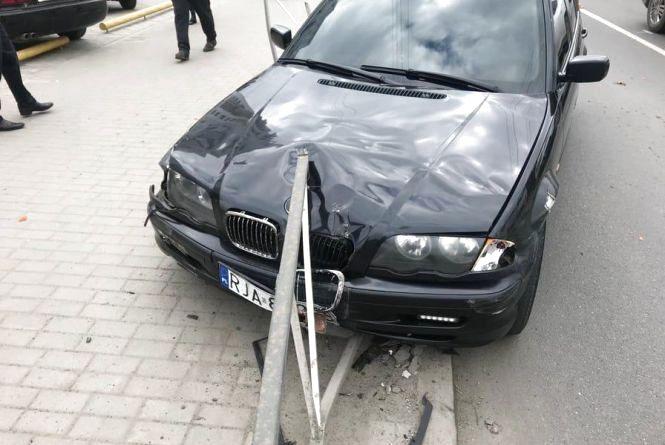 """ДТП біля """"Оазису"""": BMW підрізав Honda та влетів у металевий паркан (ФОТО)"""