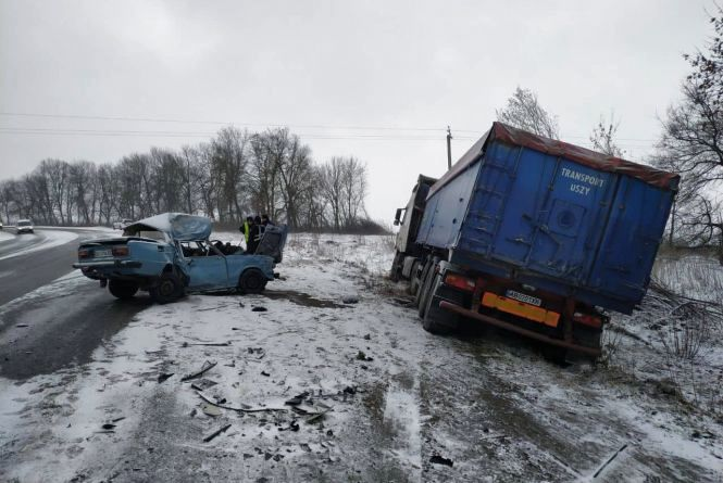 На Хмельниччині водій «ВАЗу» врізався у вантажівку і загинув