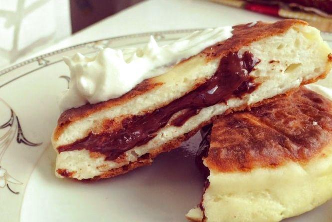 Смачний сніданок: готуємо сирники з шоколадною начинкою