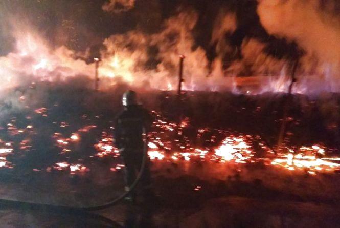 На Хмельниччині горів склад з вугіллям. Вогонь гасили одразу 4 бригади