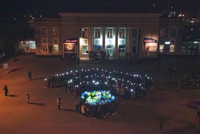 """Яскравий флешмоб: як хмельницькі студенти """"підзарядили"""" Землю (ФОТО)"""