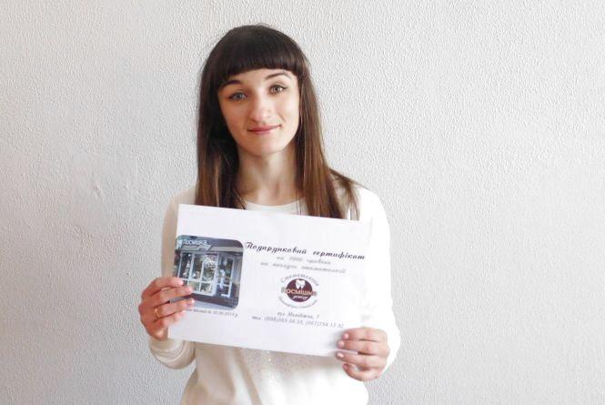 Посміхаємось за всі 32: Уляна Юзифович розгадала кросворд і отримала подарунок