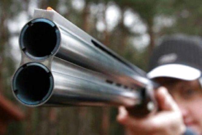 Погрожували, били та стріляли: на Хмельниччині кілька молодиків напали на рибалку