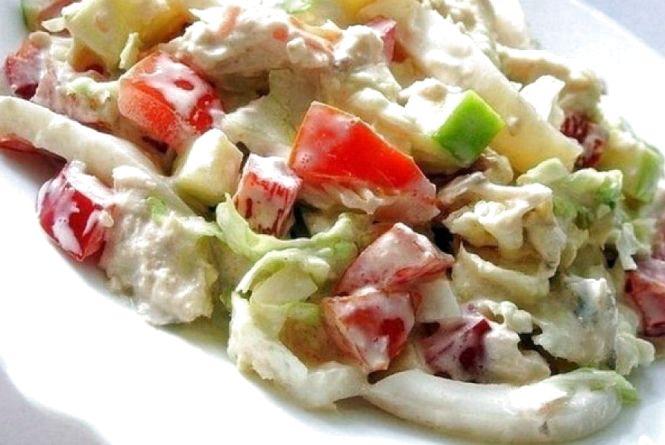 Смачний сніданок: готуємо салат з пекінської капусти та кальмарів