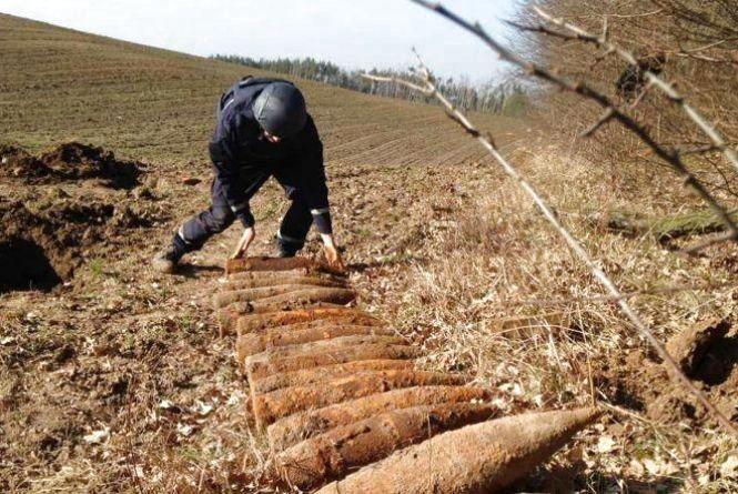 Вибухові сюрпризи. Майже 200 снарядів відкопали у селі на Хмельниччині