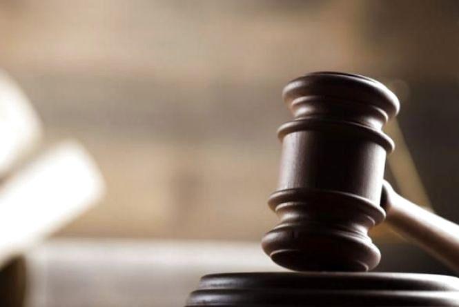 На Хмельниччині судили водія, який хотів надурити поліцейських підробленими правами