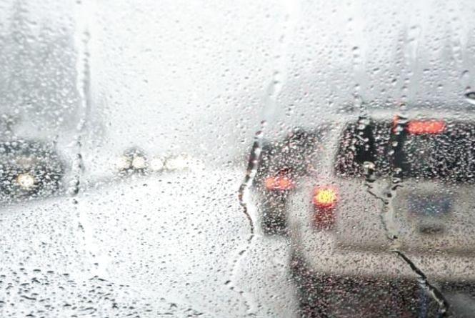 Хмельничан закликають бути обережними за кермом через погоду