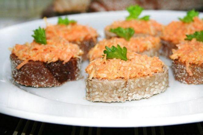 Швидкий сніданок: готуємо бутерброди з морквою і ковбасним сиром
