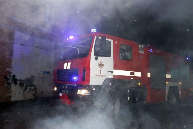 17 рятувальників на 5 машинах гасили пожежу в гаражному масиві у Раковому (ВІДЕО, ФОТО)