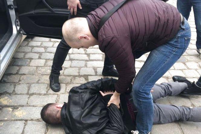 Хмельницькі правоохоронці спіймали ревізора-фіскала на хабарі 700 доларів