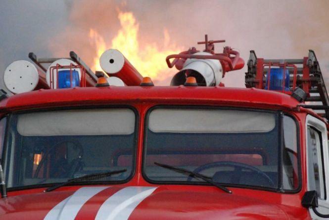 У Хмельницькому посеред білого дня підпалили автомобіль
