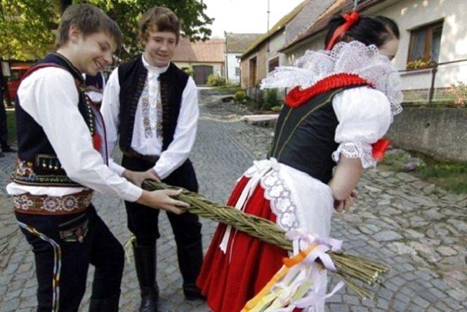 Шмагають прутами і кидають яйця: як святкують Великдень у Європі