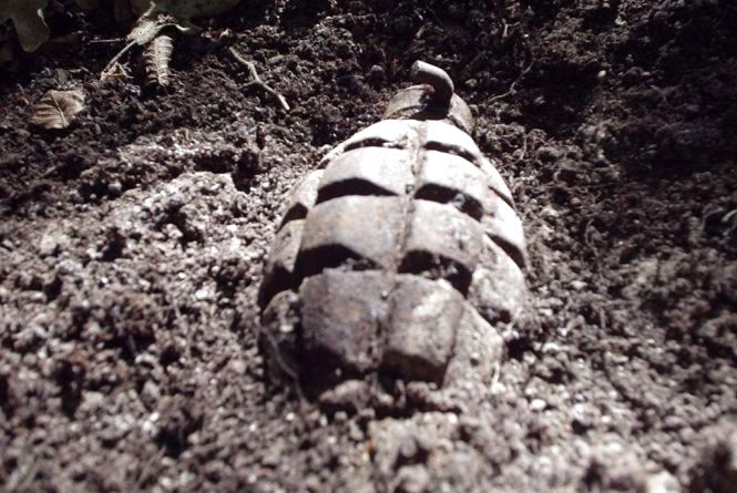 Сюрприз з минулого. Хмельничанин біля свого гаража знайшов гранату часів Другої світової