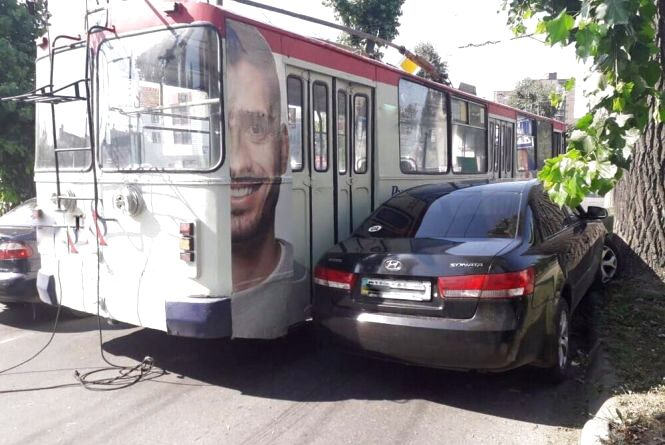 У Хмельницькому водій тролейбуса спричинив ДТП